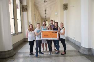 Mitglieder der Delegation 2013/14 erhalten von Interhyp- Mitarbeiter Anton Sholtmir den Spendenscheck.